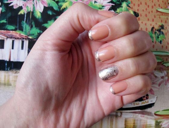 unhas-de-segunda-unhas-diferentes-unhas-decoradas-nail-art-inglesinha-glitter-esmalte-maybelline-brocade-gilded-rose-revlon-nude-filha-unica
