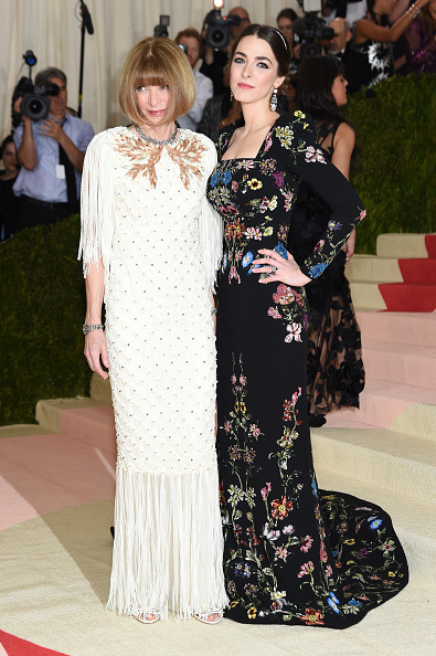 """NEW YORK, NY - MAY 02:  Anna Wintour and  Bee Shaffer attend the """"Manus x Machina: Fashion In An Age Of Technology"""" Costume Institute Gala at Metropolitan Museum of Art on May 2, 2016 in New York City.  (Photo by Jamie McCarthy/FilmMagic)"""