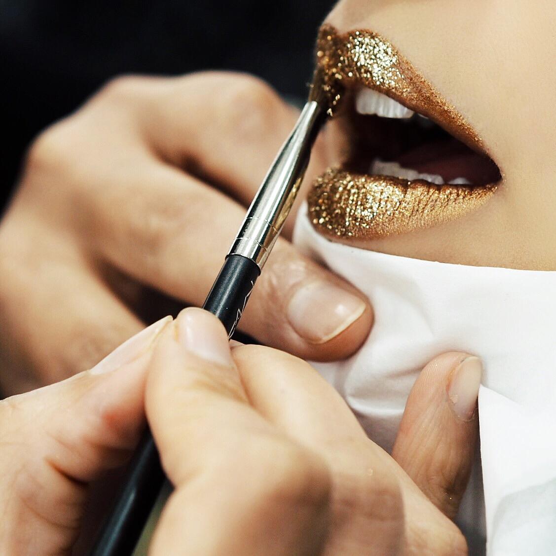 mac-cosmetics-beleza-maquiagem-carnaval-make-glitter-dourado-boca-batom-fabi-fabiana-gomes